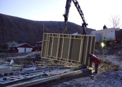 Vegg-modul heises på plass.
